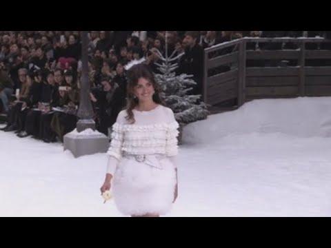 Penélope Cruz homenaxea aKarl Lagerfed desfilando para Chanel
