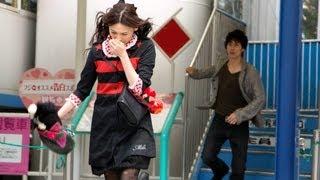 酒に酔った桜子(大政絢)と小町(本田翼)は、健太郎(冨浦智嗣)の前...
