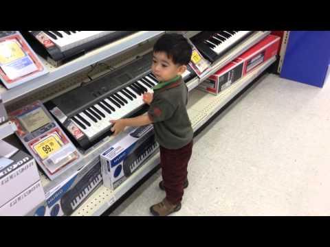 宝宝 小小 - Finley playing on a Casio Keyboard / Piano at Toys R Us in Derby, England