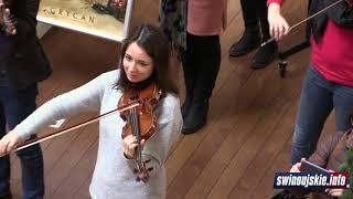 Nagle wszyscy w galerii handlowej w Świnoujściu zaczęli śpiewać kolędę