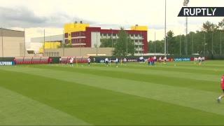 Футболисты сборной России проводят тренировку на базе в Новогорске