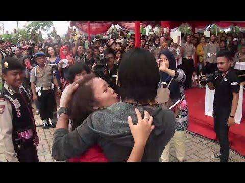 CHARLY VAN HOUTEN dicium penggemarnya saat terakhir video hot