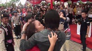 Download CHARLY VAN HOUTEN dicium penggemarnya saat terakhir video hot