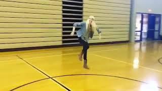 Девушка энергично танцует Шаффл ( Shuffle dance )