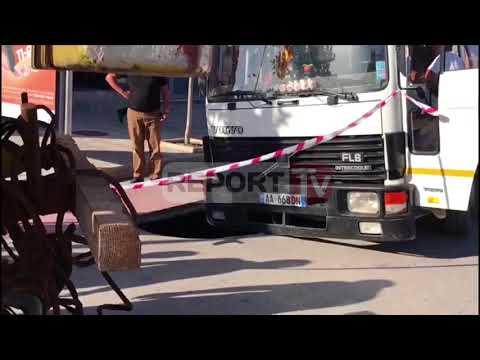 Report TV - Fier, fundoset një pjesë e rrugës autoboti bie në gropë