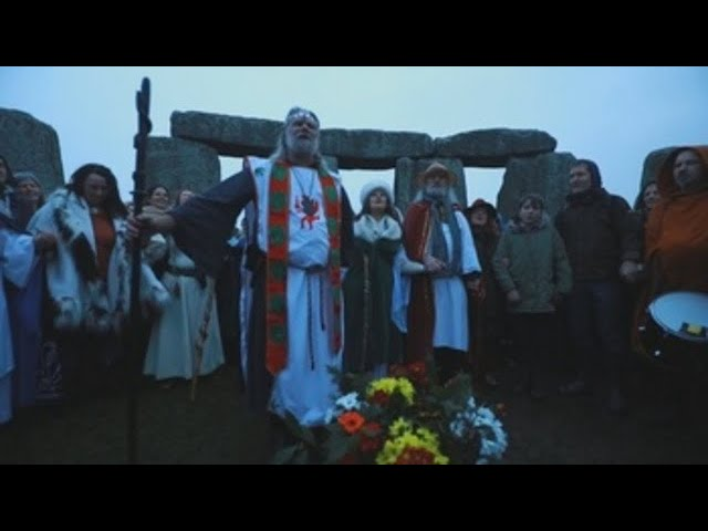 Miles de personas celebran el solsticio de invierno en Stonehenge