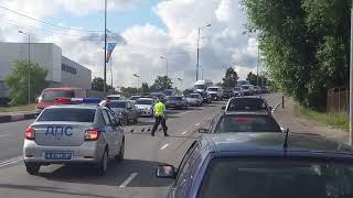 В Калининграде сотрудники ДПС остановили движение чтобы утки перешли дорогу
