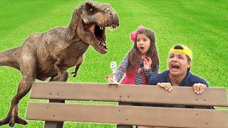 ANNY FINGE BRINCAR DE FUGIR DE ANIMAIS COM O SEU IRMÃO / Pretend Play to run away from the Dinosaur