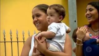 Família de três pares de gêmeos vai a um restaurante pela primeira vez
