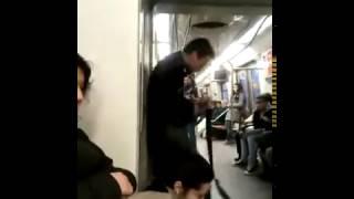 Ce mec pète les plombs dans le métro Espagnol/this guy be crazy in tain/ XD