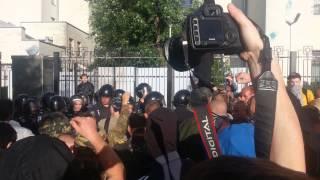 Міліція намагається захистити посольство Росії(, 2014-06-14T17:19:59.000Z)