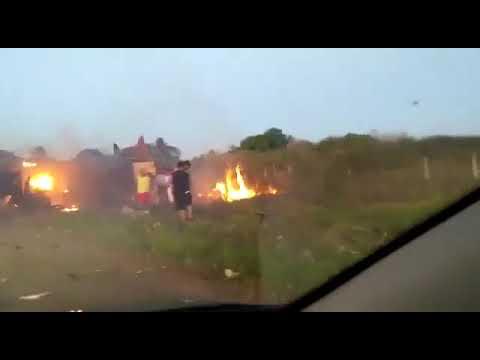 Bandidos explodem carro-forte e população aproveita para roubar dinheiro