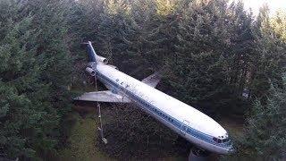 Dieser Mann wohnt in einem Flugzeugwrack mitten im Wald