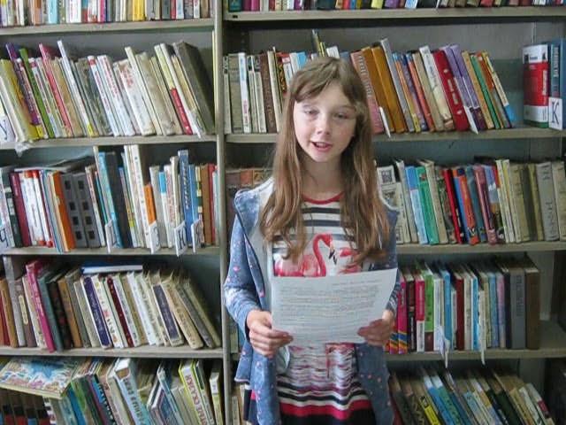 Изображение предпросмотра прочтения – КаринаИзраилева читает произведение «Мурка, не ходи, там сыч» А.А.Ахматовой