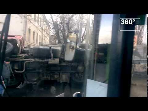 Перевернувшийся в центре Москвы мусоровоз попал на видео