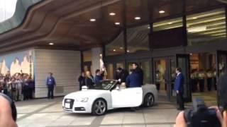 2015年五月場所、照ノ富士関がパレードカーに乗り込むところ。旗手日馬...