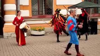 Средневековая музыка и танцы Средневековья в Петергофе .