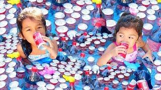 コーラ大好き!コーラプールで飲み放題♪飲みすぎでお腹が膨れちゃったパパ救出☆ himawari-CH thumbnail