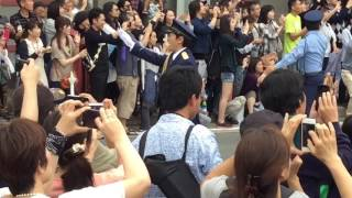 草刈正雄さんが上田警察署の1日警察署長として委嘱され、パレードを行い...