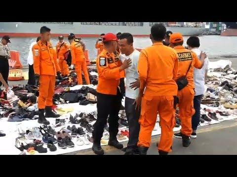 Tangisan Ayah Korban saat Temukan Sepatu Hitam Anaknya di Posko Evakuasi Lion Air JT610