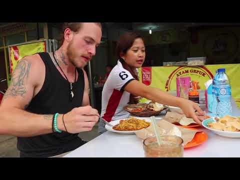 Bule  Brondong Makan Ayam Geprek Pedas  Level Mampus Pakai Tangan