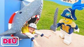 Kinderspielplatz im Freien Vlad und Nikita spielen auf einem Piratenschiff