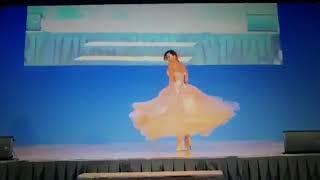 """Video: Karina Jelinek se hacía """"la linda"""" se enredó con su vestido y se cayó en un desfile"""