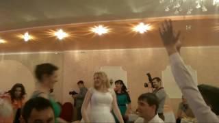 Девушка поймала букет на свадьбе реакция парня ржач