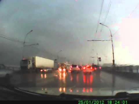 видео: Молния ударила в фонарь на коммунальном мосту в Новосибирске 16 07 2013