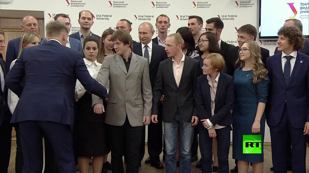 طالب روسي يضع بوتين في موقف طريف..