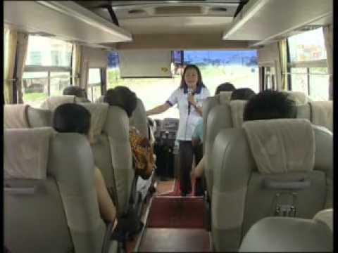 3 - Thực hiện chuyến tham quan - b - Làm quen với khách trên xe