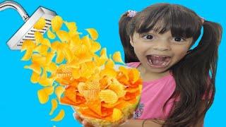 JULIA E A HISTÓRIA DO CHUVEIRO MÁGICO DE CHIPS - Kids Pretend Play Magic Shower والدش السحري !!