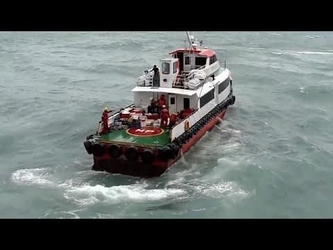 fast crew boat transfer passenger di oilrig saat badai
