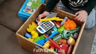 Dolaptaki saklı oyuncak kutusunu çıkardık.içindeki oyuncaklar sürpriz