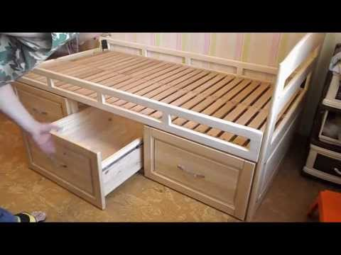 Деревянная кровать с ящиками.