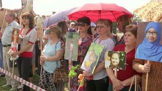 Сотни жителей Донбасса пришли почтить память жертв сбитого малайзийского Boeing.