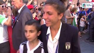 I tifosi italiani accolgono le Azzurre al ritorno in Hotel