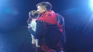 Download Маленькая девочка довела до слёз весь зал на концерте Elvin Grey Mp3 and Videos