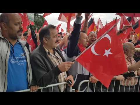 Erdogan-Demo: Türkische und deutsche Nationalhymnen