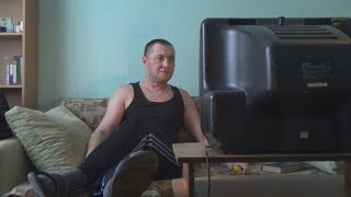 Смотреть Россиянин смотрит скандальные дебаты с Собчак и Жириновским. Пародия Светлаков ТНТ НАША РАША! онлайн