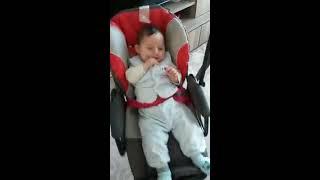 bebek salıncakta