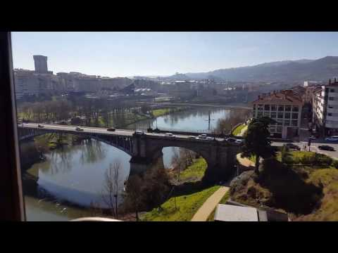 Tren cruzando Ourense ciudad