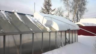 видео Чистим крышу от снега.
