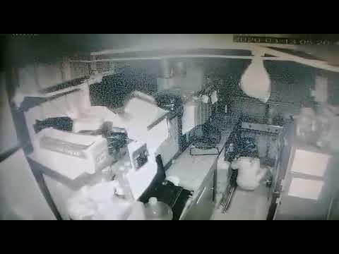 Terekam kamera cctv seorang cewek maling di kota padang