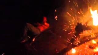 キャンプ火の粉浴び.