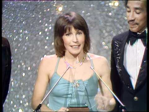 Helen Reddy Wins Favorite Female Pop/Rock Artist - AMA 1974