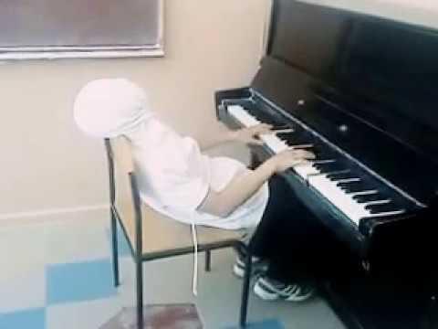 Играет на пианино 'Титаник'