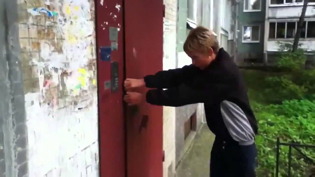 Что делать когда ломятся в дверь