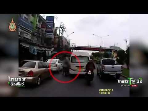 จักรยานยนต์ขี่สวนเลน ชนรถตู้ล้ม  | 13-07-59 | ไทยรัฐนิวส์โชว์ | ThairathTV