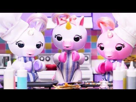 The Fingerlings Show | Unicorns Bake Cute Emoji Pancakes and A Panda Cake! | Fingerlings Toys